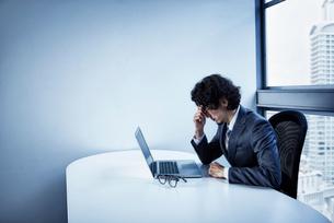 疲労困憊するビジネスマンの写真素材 [FYI01462286]