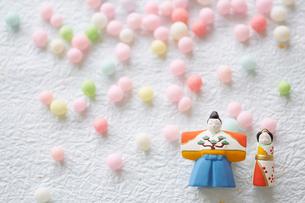 和紙の上の雛人形とひなあられの写真素材 [FYI01462290]