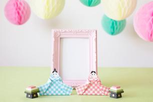 折り紙で作られた雛人形とピンクのフォトフレームの写真素材 [FYI01462293]
