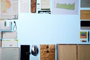 綺麗に整列したビジネス小物の写真素材 [FYI01462299]