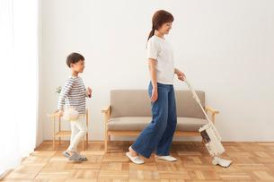 リビングの掃除をする親子の写真素材 [FYI01462304]
