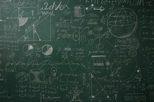 数式の書かれた壁一面の黒板のイラスト素材 [FYI01462311]