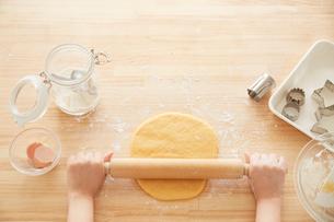 麺棒で生地を伸ばす女性の写真素材 [FYI01462321]