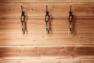 山小屋の中に掛けられた3つのカラビナの写真素材 [FYI01462330]