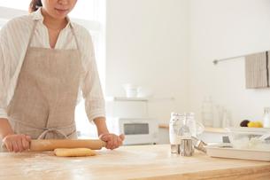 麺棒で生地を伸ばす女性の写真素材 [FYI01462331]