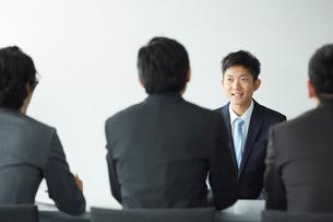 オフィスで面接を受けている男性と面接官の写真素材 [FYI01462334]