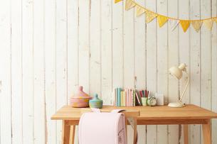 板壁の前に置かれたテーブルとその上にある学童用品の写真素材 [FYI01462335]