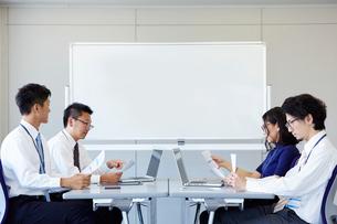 対面に座り話し合っている社員の様子の写真素材 [FYI01462349]