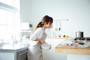 キッチンで作業する女性の写真素材 [FYI01462355]