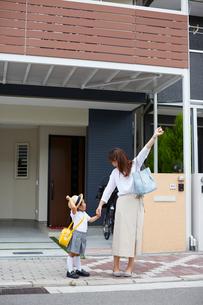 家の前でポーズを決める親子の写真素材 [FYI01462357]