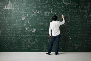 壁一面の黒板に数式を書き詰めるのイラスト素材 [FYI01462375]