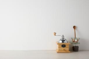 白い空間とキッチン雑貨の写真素材 [FYI01462380]