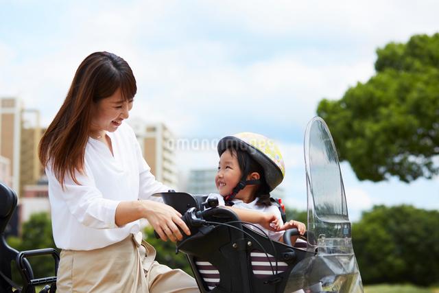 子乗せ自転車に乗る親子の写真素材 [FYI01462387]