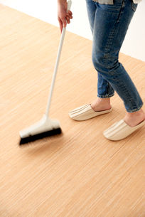 床掃除をする女性の写真素材 [FYI01462400]