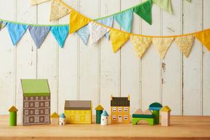 板壁に飾ってあるガーランドと家の置物の写真素材 [FYI01462401]