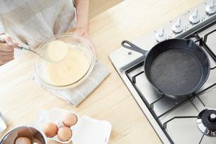 パンケーキを作る女性の写真素材 [FYI01462418]