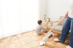 リビングの掃除をする親子の写真素材 [FYI01462419]
