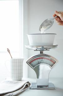 キッチンスケールで計量しているところキッチンスケールで計量しているところキッチンスケールで計量していの写真素材 [FYI01462433]