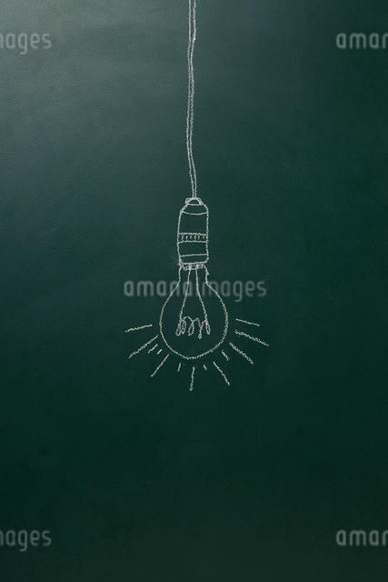 黒板に描いた裸電球のイラスト素材 [FYI01462434]