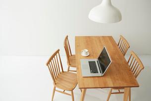 白ホリにあるダイニングテーブルセットの写真素材 [FYI01462438]