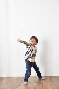 部屋の中で豆まきをする男の子の写真素材 [FYI01462442]