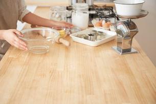 キッチンカウンターで作業をする女性の手元の写真素材 [FYI01462447]