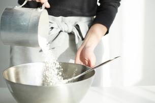 調理中の女性の写真素材 [FYI01462452]