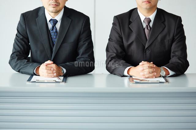 オフィスで面接をしている2人の男性の写真素材 [FYI01462464]