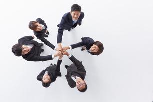 手を合わせ上を見上げる6人の新入社員の写真素材 [FYI01462466]