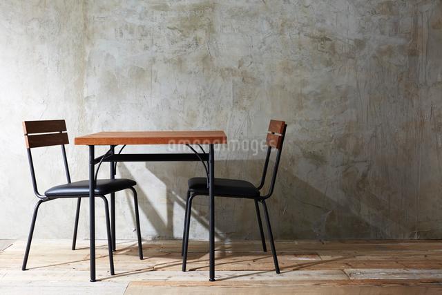 ナチュラルな壁と床と椅子とテーブルの写真素材 [FYI01462467]