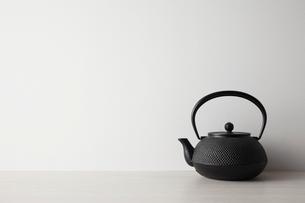 白い背景と茶道具の写真素材 [FYI01462470]