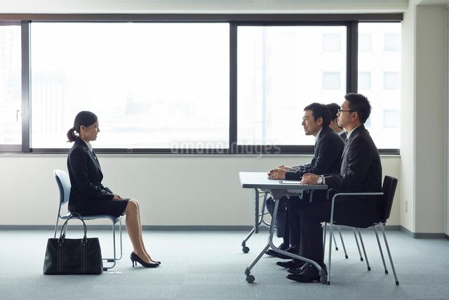 オフィスで面接を受けている女性と面接官の写真素材 [FYI01462477]
