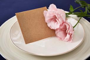 紺色のテーブルクロスの上でセッティングされた皿とメッセージカードの写真素材 [FYI01462485]