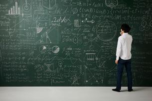 壁一面の黒板に数式を書き詰めるのイラスト素材 [FYI01462488]