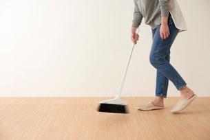 床掃除をする女性の写真素材 [FYI01462493]