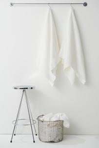 タオルバーにかけられたタオルとスツールとかごの写真素材 [FYI01462495]