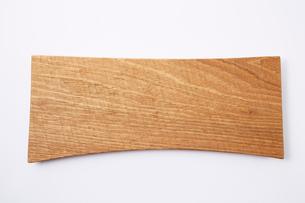 白い背景に置かれた木製の変形なまな板の写真素材 [FYI01462506]
