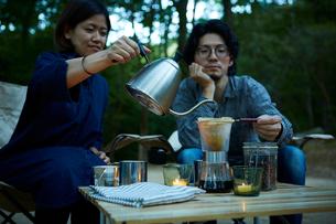 外でコーヒーをドリップする二人の写真素材 [FYI01462509]