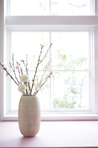 お雛飾りのテーブルコーディネートの写真素材 [FYI01462544]