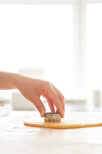 クッキーの型を押す手の写真素材 [FYI01462548]