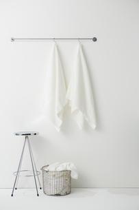 タオルバーにかけられたタオルとスツールとかごの写真素材 [FYI01462554]