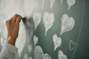 ハートの集合体でハートを描くのイラスト素材 [FYI01462556]