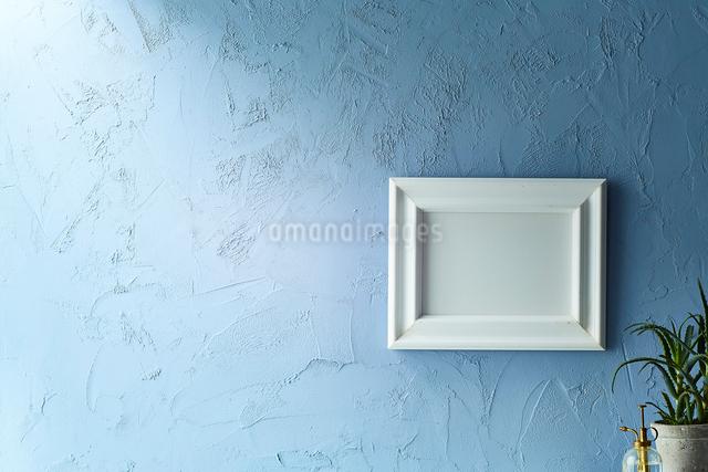 青い壁と額の写真素材 [FYI01462561]