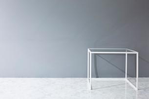壁と大理石の床とテーブルの写真素材 [FYI01462564]