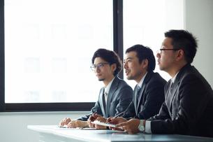 オフィスで面接をしている3人の男性の写真素材 [FYI01462570]