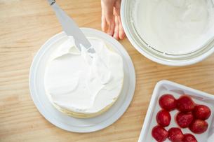ケーキにクリームを乗せた俯瞰の写真素材 [FYI01462596]