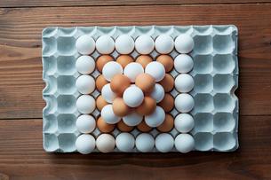 卵パックに積み上げられた2色の卵の写真素材 [FYI01462599]