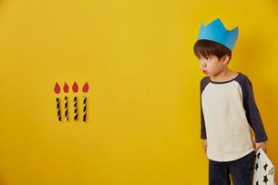 男の子の黄色い背景の誕生日イメージの写真素材 [FYI01462603]
