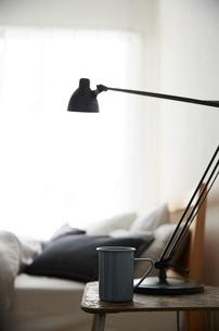 明るい光の入ったシンプルなベッドルームの写真素材 [FYI01462604]
