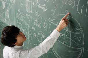 黒板に書かれた数式に指を指すのイラスト素材 [FYI01462616]